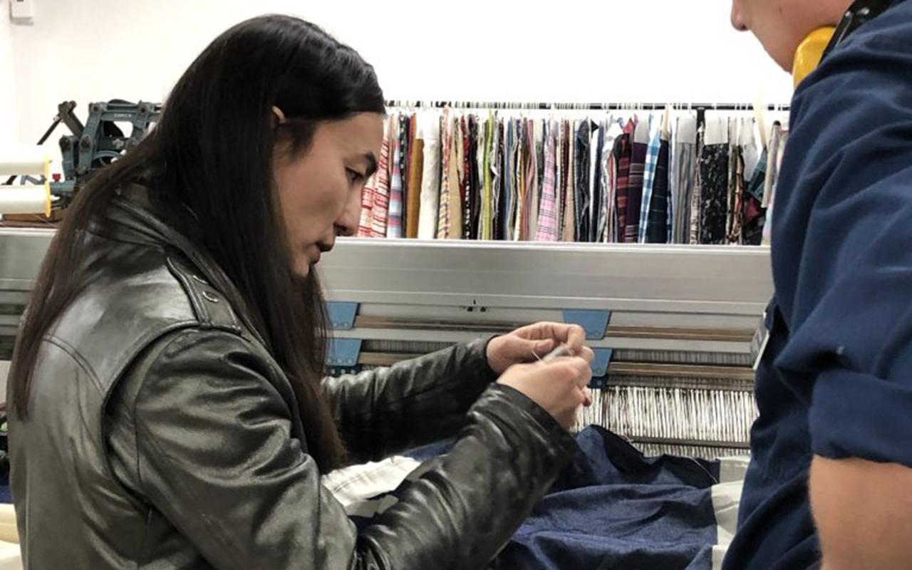 Naim Josefi i ett textil-lab